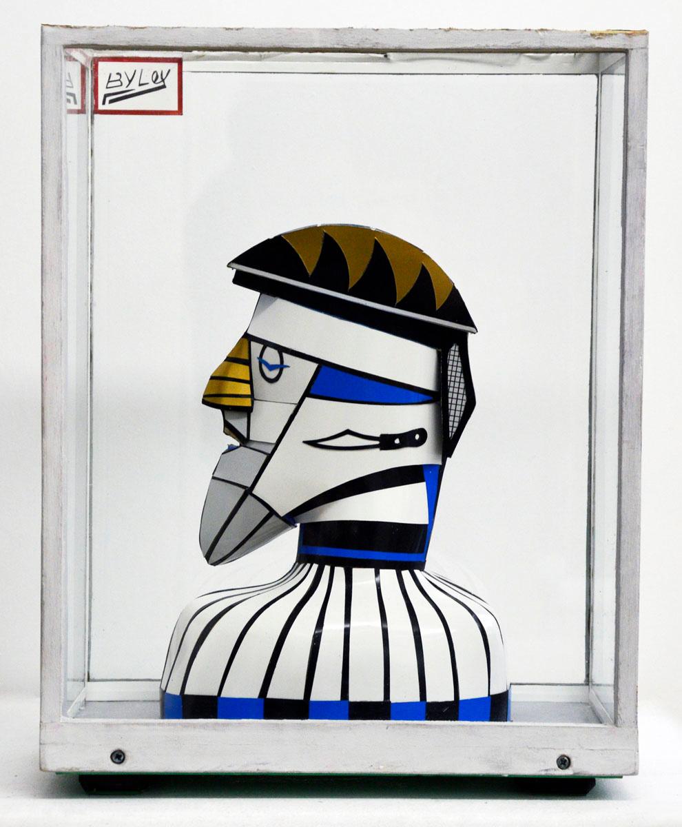 Vue d'une vitrine contenant une sculpture représentant la tête d'un guerrier.