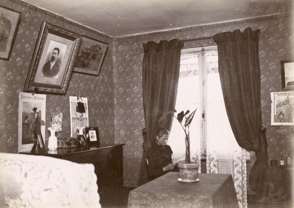 Vue montrant une jeune fille lisant dans una ppartement