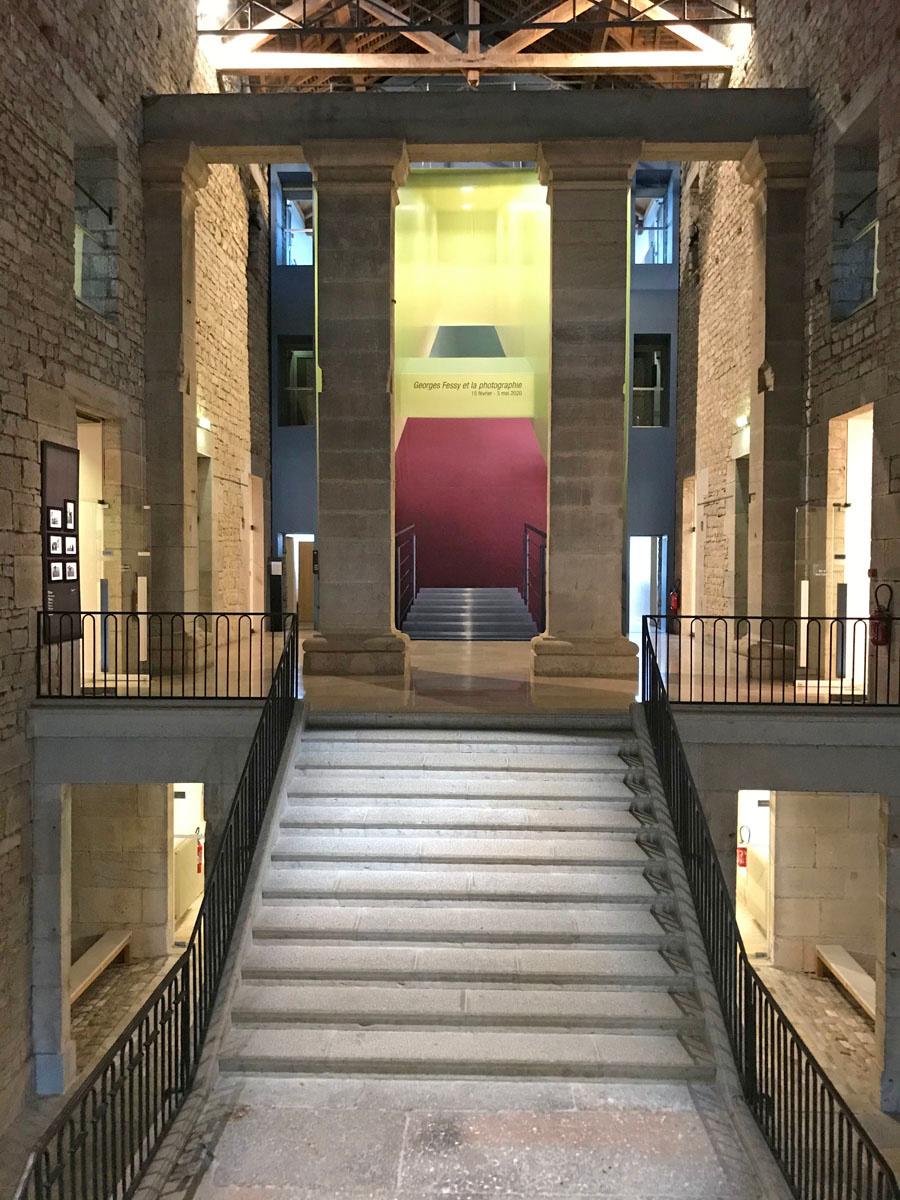 Vue d'une montée d'escalier dans la Saline d'Arc-et-Senans.