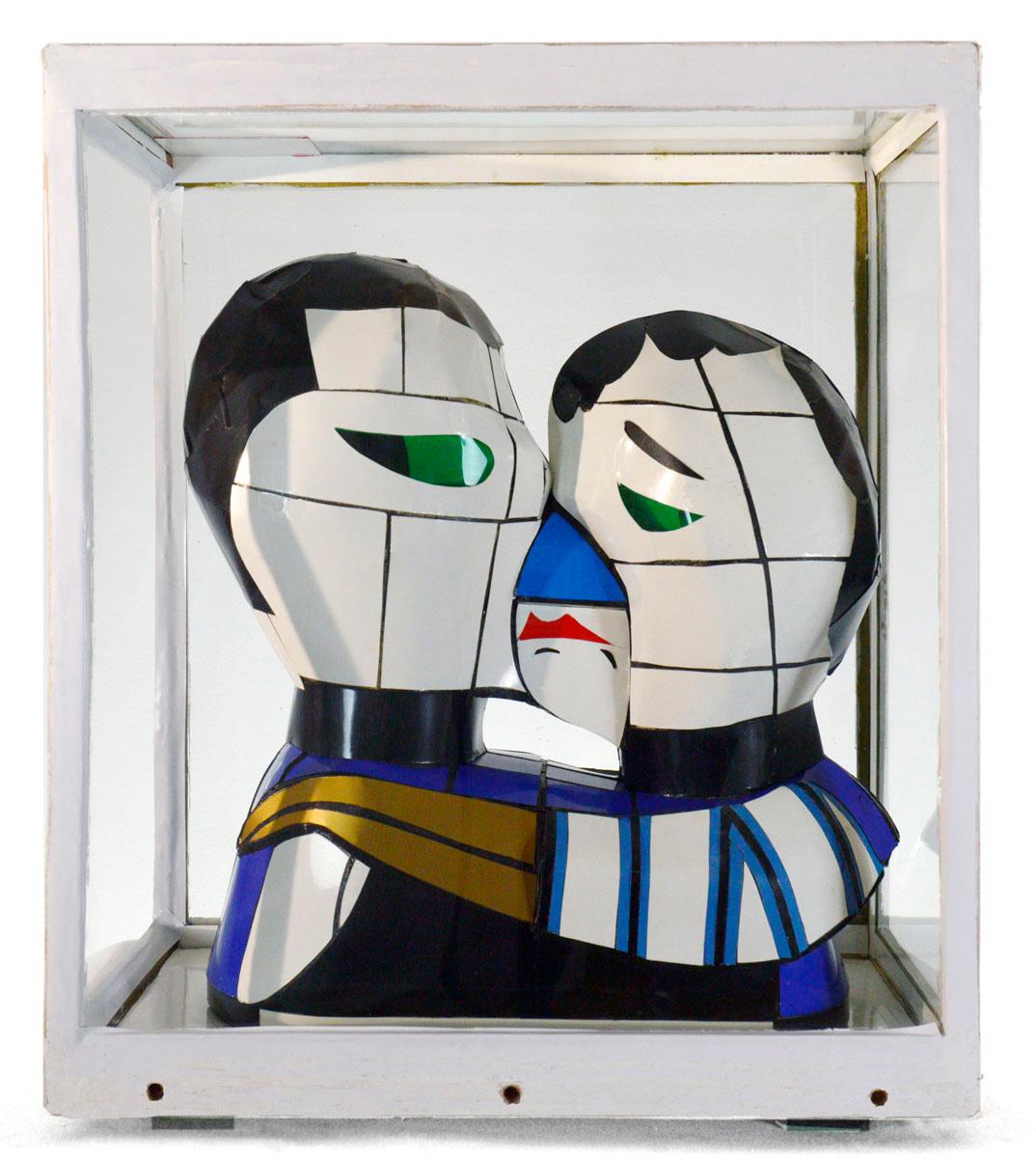 Vue de face d'une sculpture sous vitrine.
