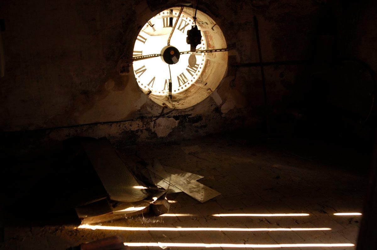 Vue de l'envers du cadran de l'horloge du Familistère