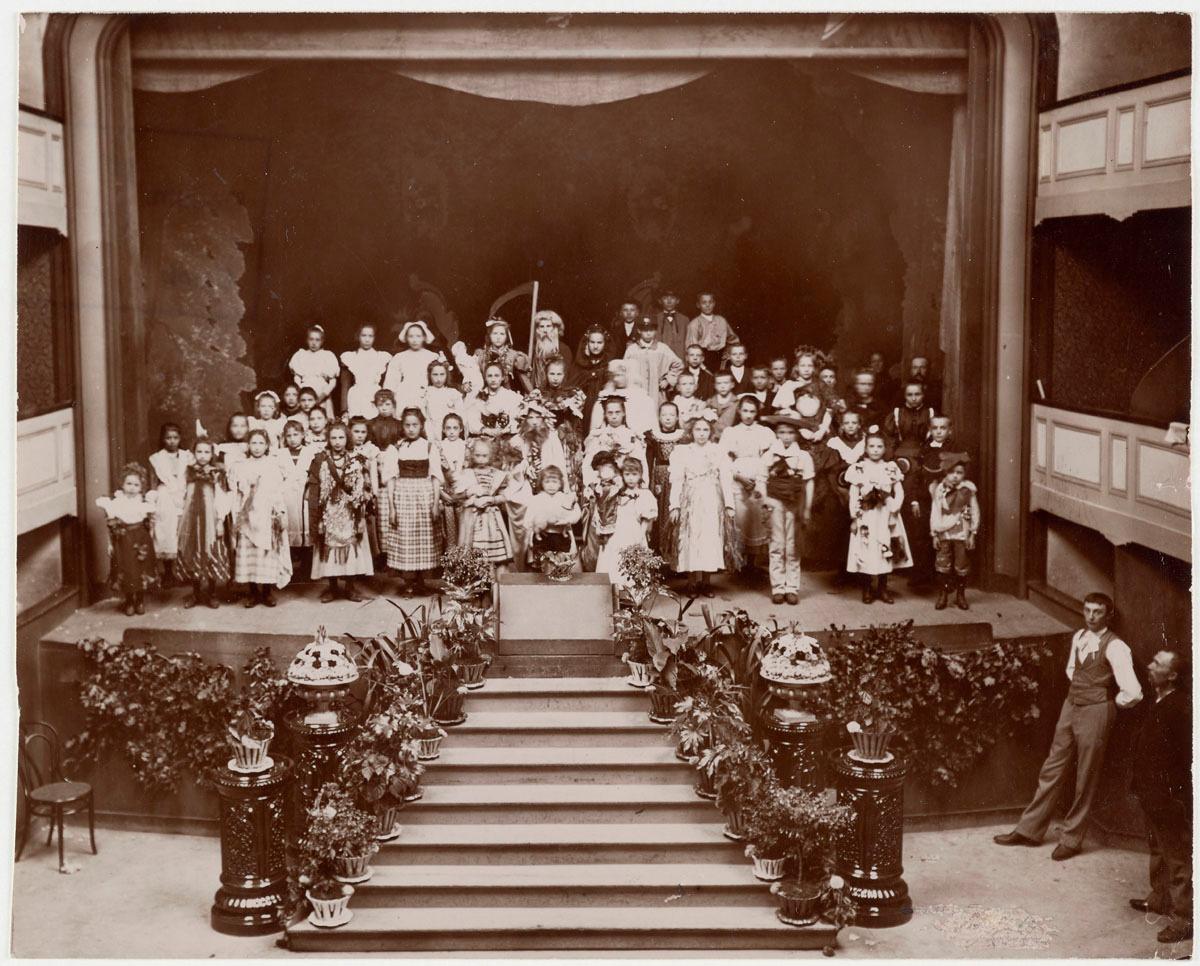 Portrait collectif d'enfants costumés sur la scène du théâtre