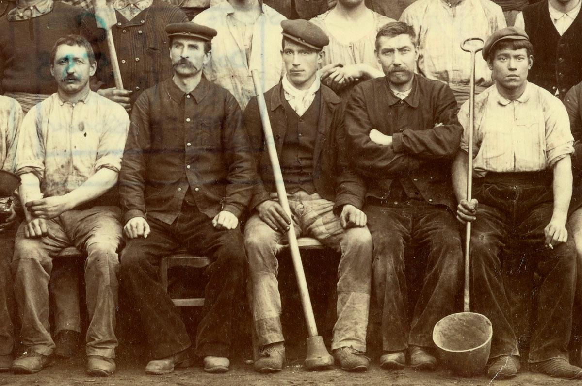 Détail d'un portrait collectif d'ouvriers de fonderie