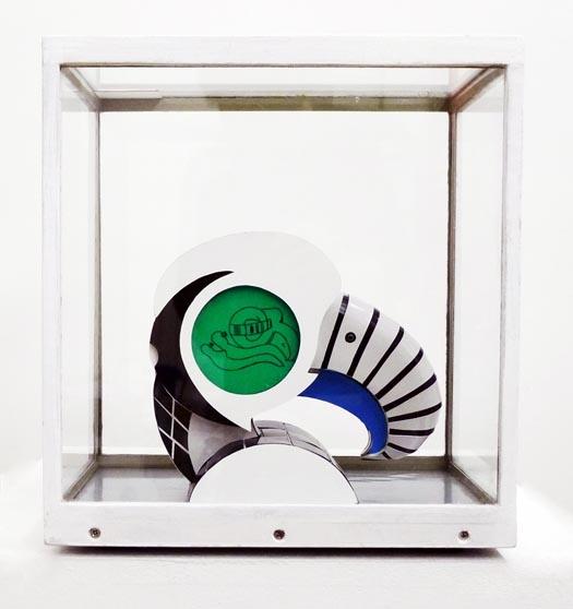 Vue de coté de la sculpture L'aigle visionnaire