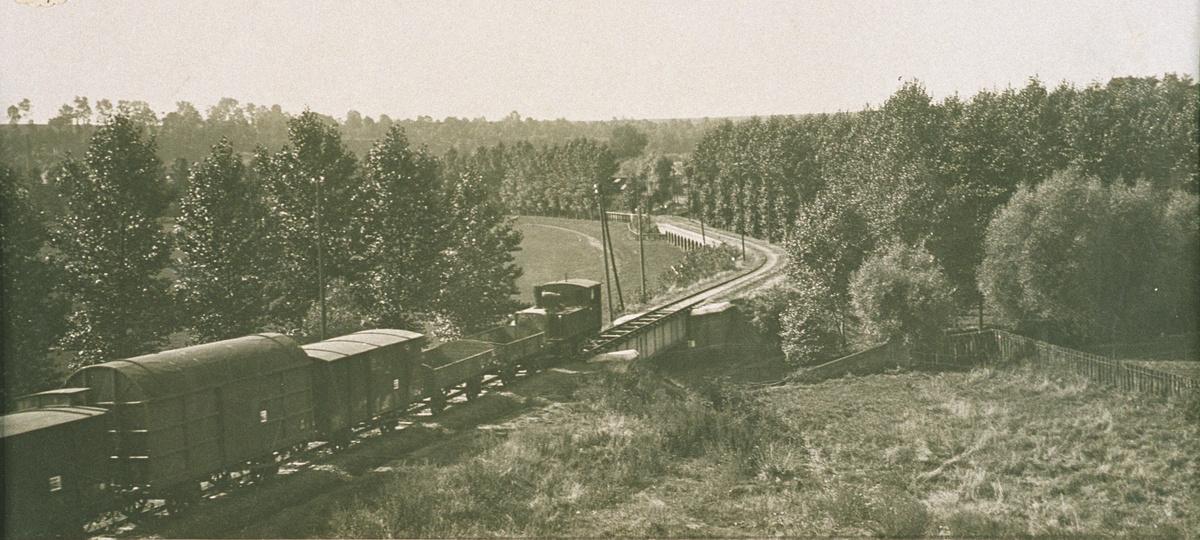 Train de marchandises sur la voie de chemin de fer de l'usine Godin de Guise