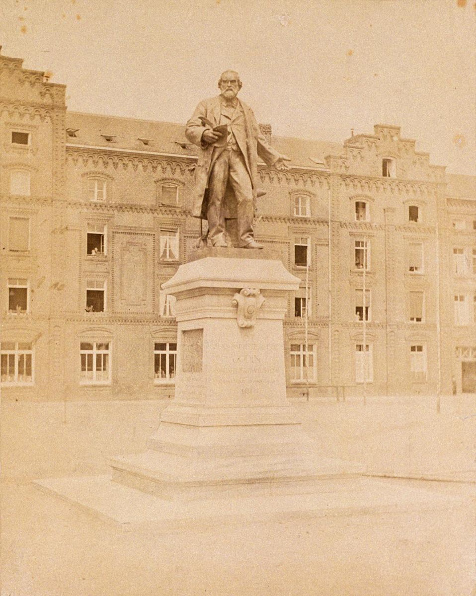 La statue de Godin est vue de face, peu après son inauguration.
