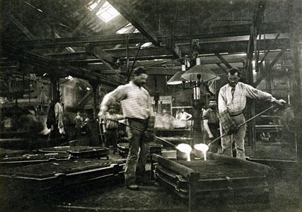 Une coulée de fonte dans l'atelier de moulage mécanique de l'usine du Familistèr