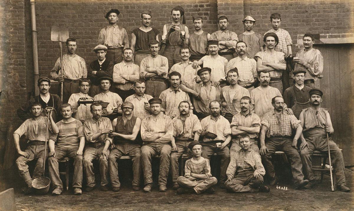 Groupe d'ouvriers des ateliers de fonderie de l'usine du Familistère de Guise