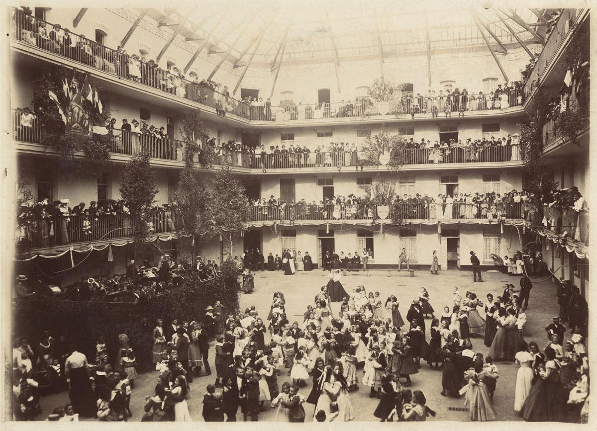 Le bal de la fête de l'Enfance dans la cour du pavillon central du Palais social