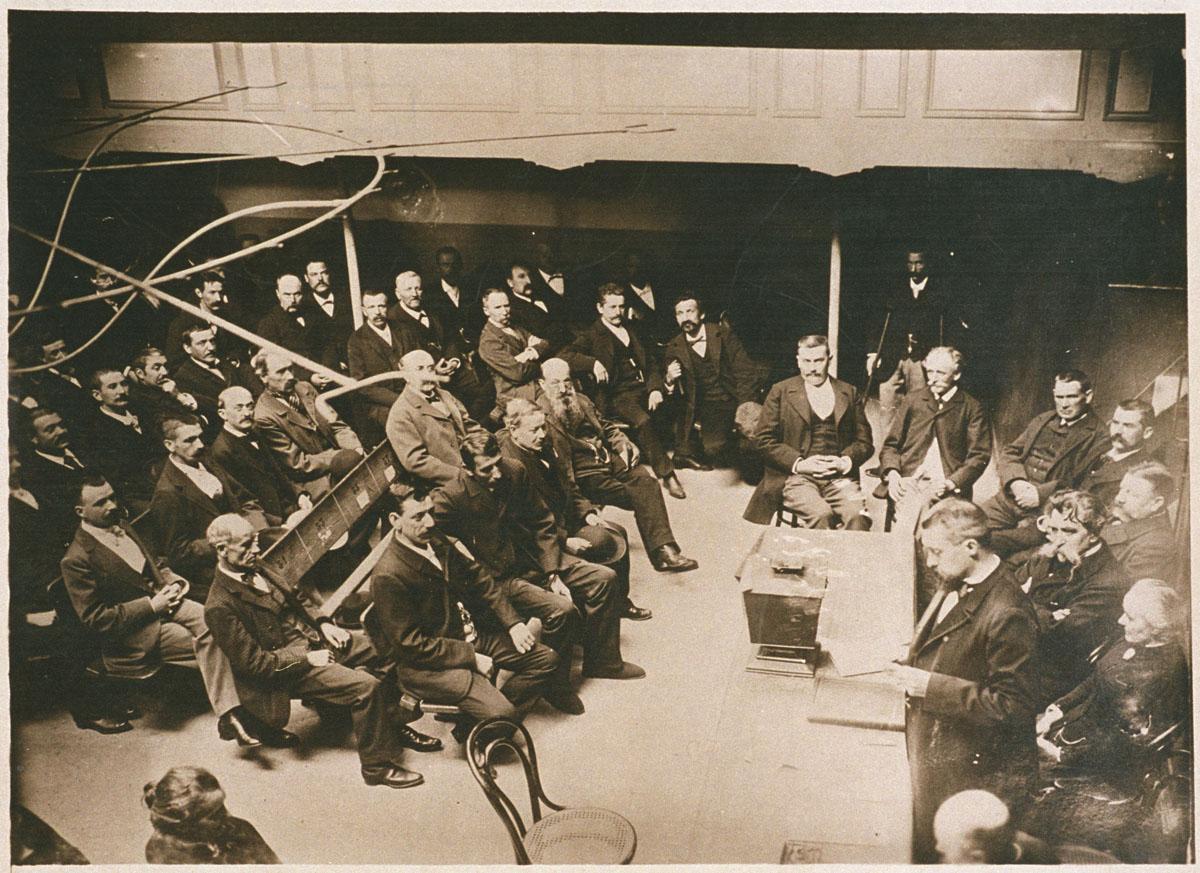 Une assemblée de l'Association coopérative du capital et du travail dans le théâ