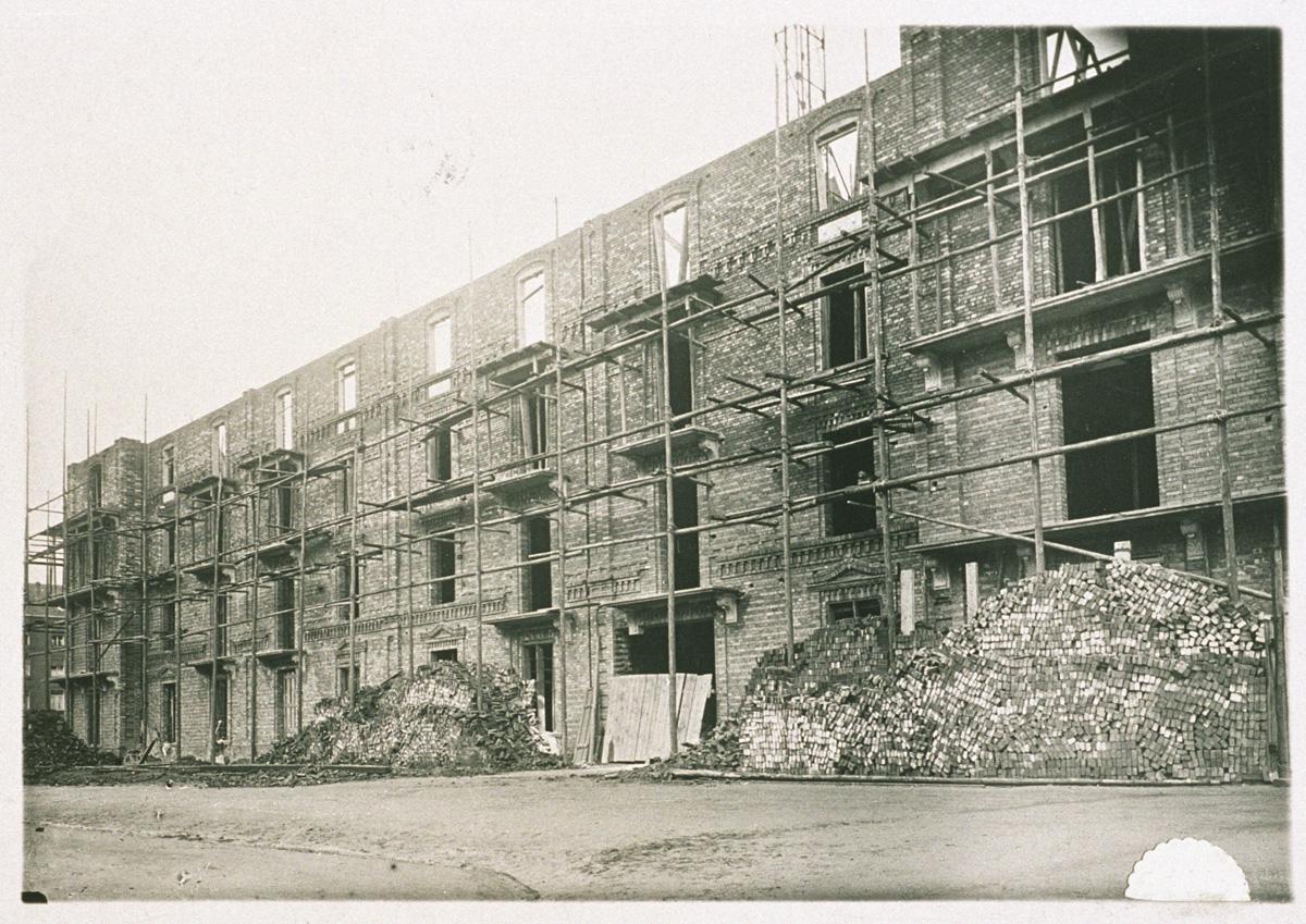 La façade sud en reconstruction de l'aile gauche du Palais social du Familistère