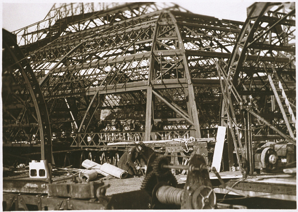 La charpente métallique de la cour et des combles de l'aile gauche reconstruite