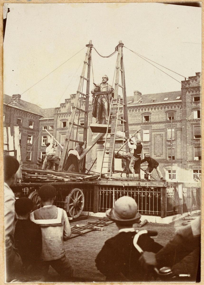 Une réplique de la statue de Godin détruite pendant la Grande Guerre est install
