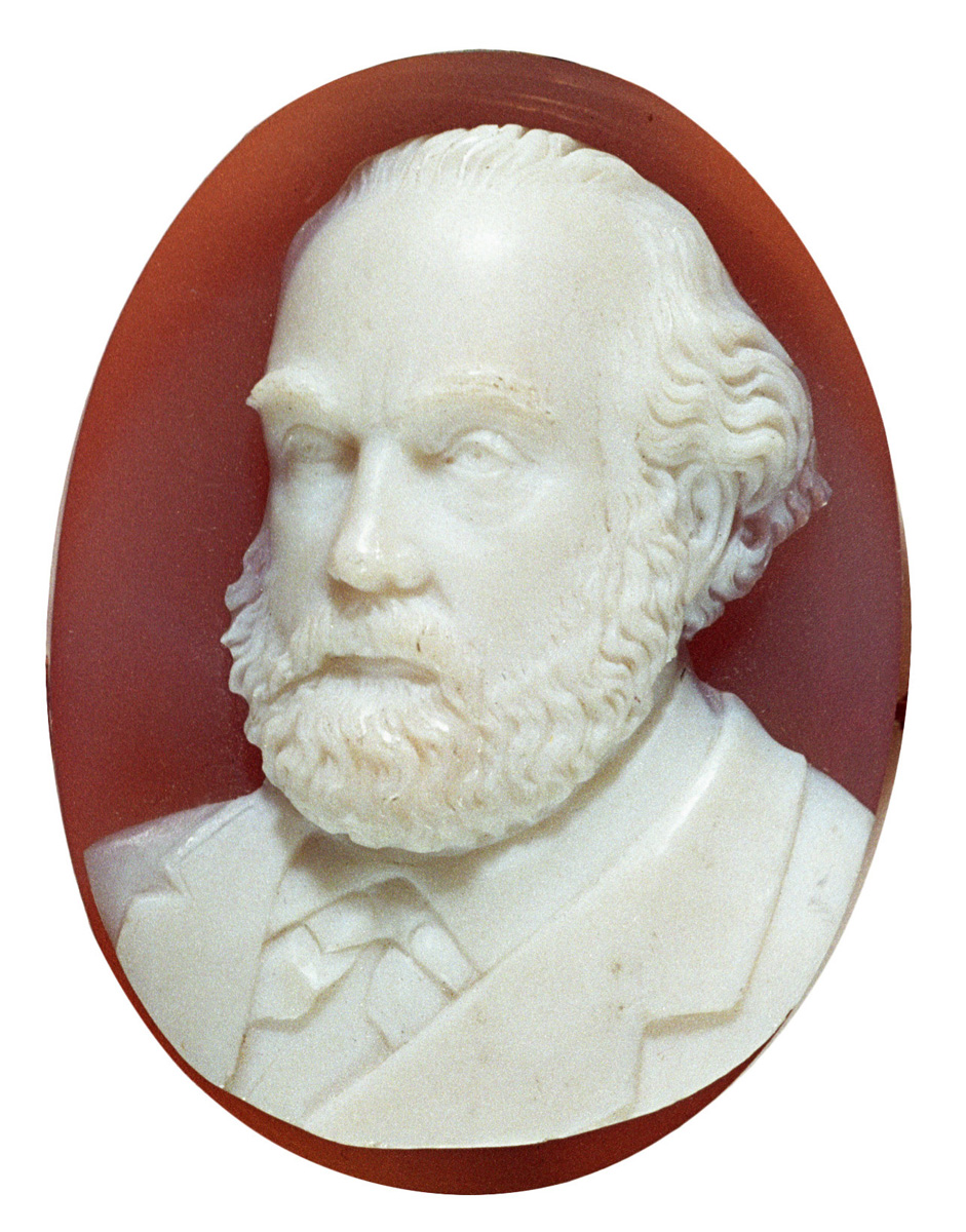 Le médaillon représentant Godin en buste était porté par Marie Moret.