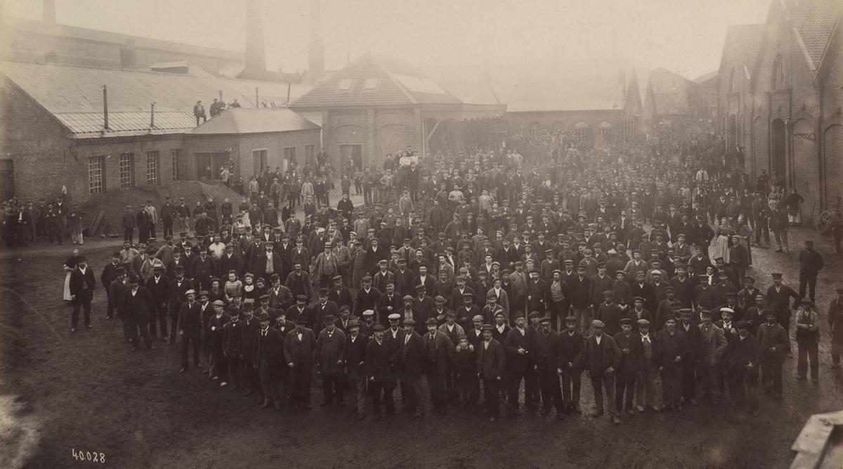 La photographie en plongée embrasse l'ensemble du personnel de l'usine du Famili