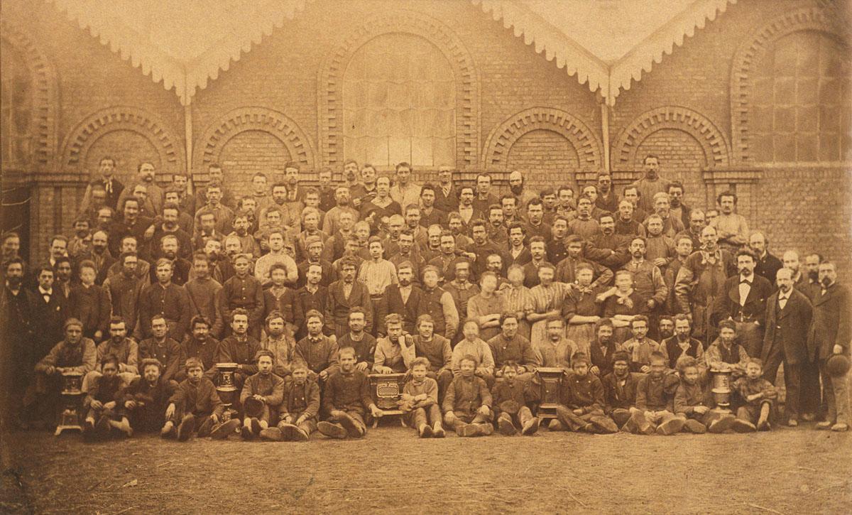 L'ensemble du personnel de l'usine du Familistère de Laeken à Bruxelles pose pou