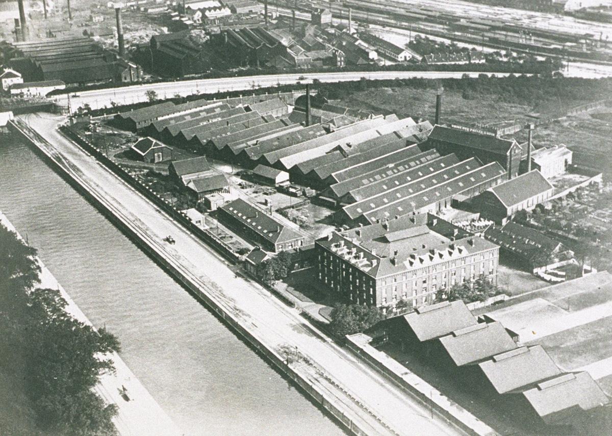 La photographie aérienne montre les ateliers industriels et l'habitation du Fami
