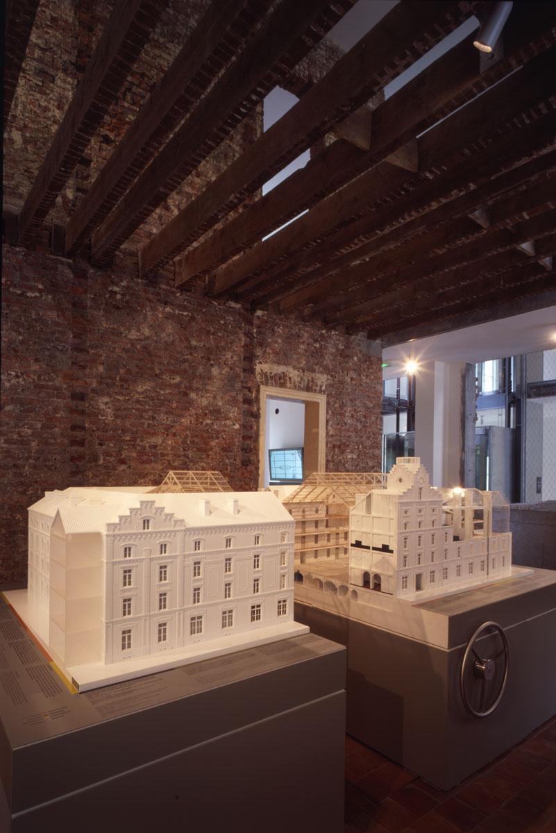 La photographie montre la grande maquette du pavillon central du Familistère exp
