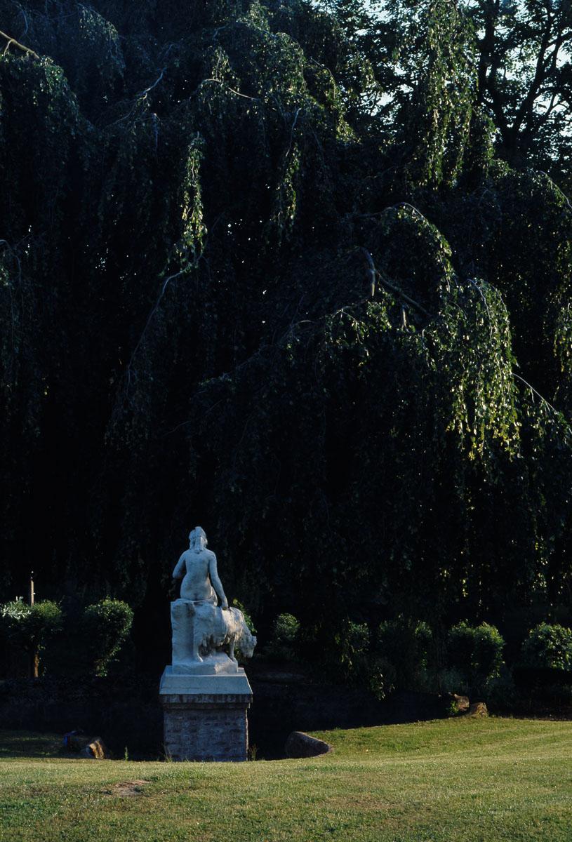 Parmi les statues ornant le jardin d'agrément, se trouve une nymphe.