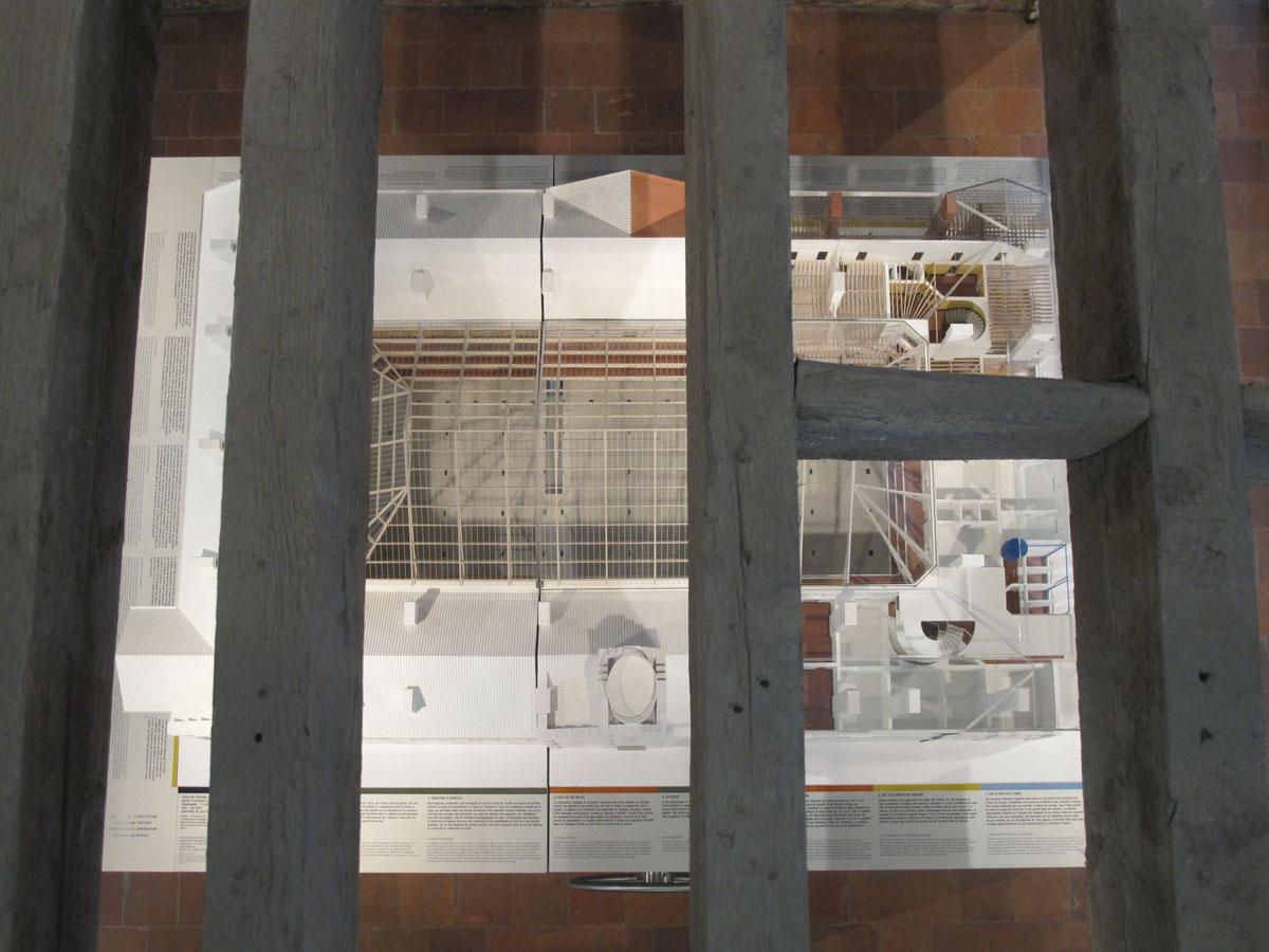 La maquette du pavillon central du Palais social est phtographie du dessus, à tr