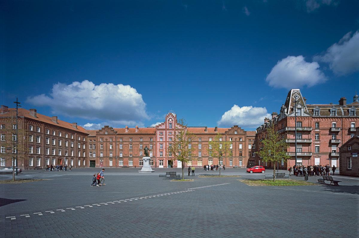 La place du Familistère et le Palais social sont photographiés depuis le théâtre