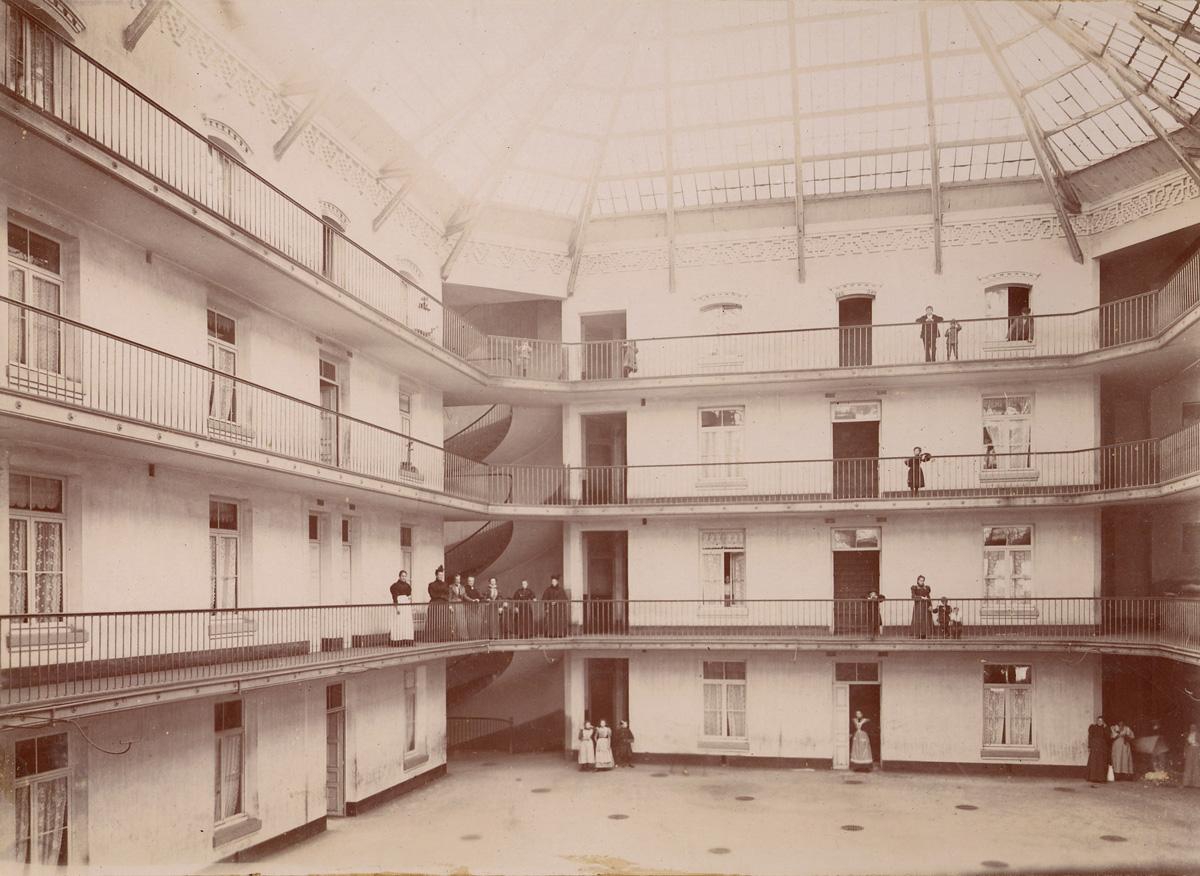 La photographie de la cour de l'aile droite du Familistère est prise de la cours