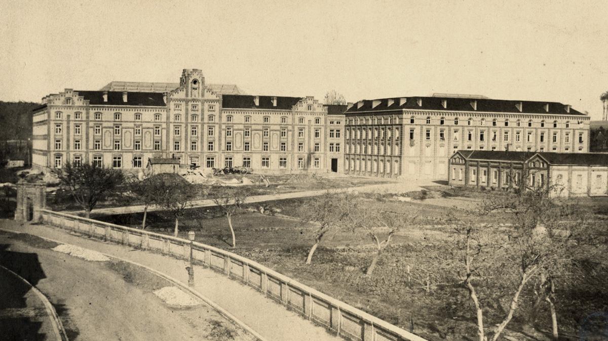 La photographie est prise à l'époque de l'achèvement du chantier de construction