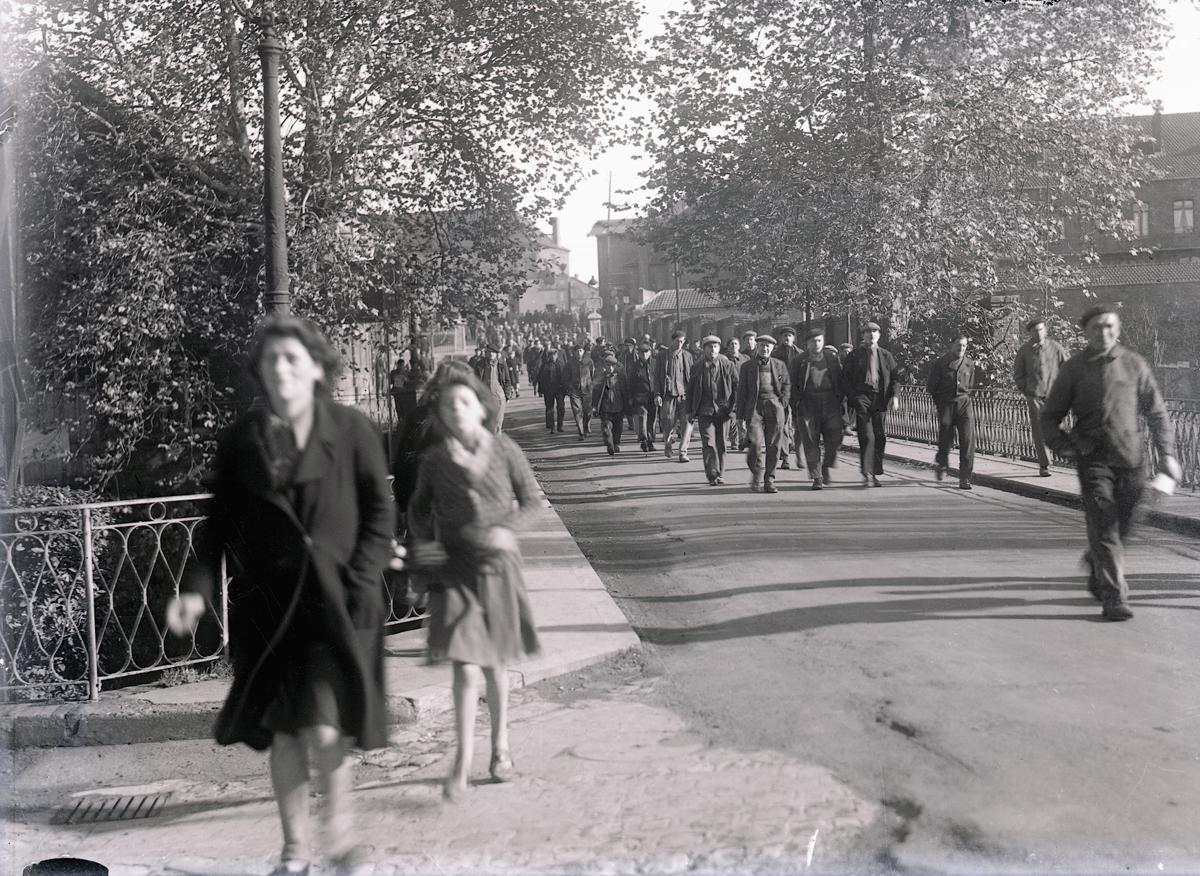 La sortie du personnel de l'usine du Familistère en direction du Palais social,