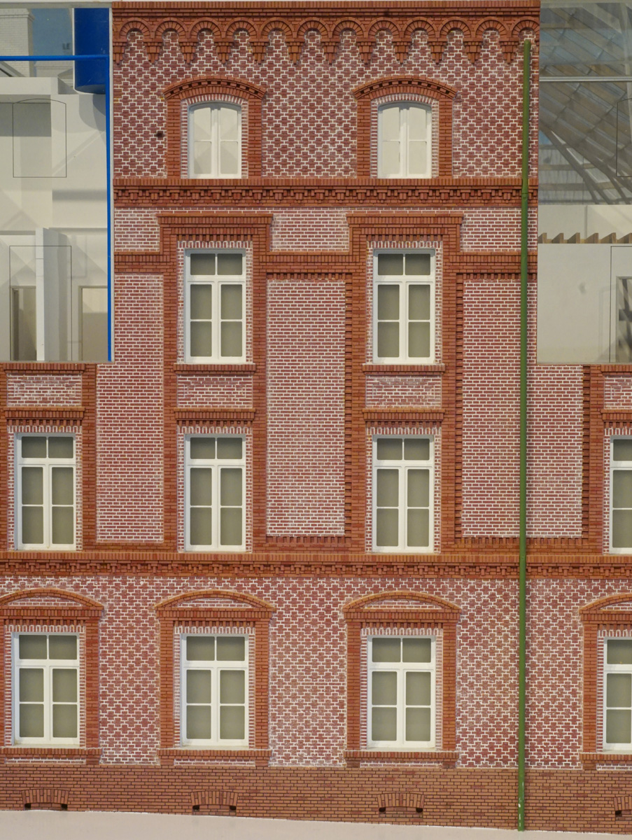 La photographie présente une partie de la façade est de la maquette