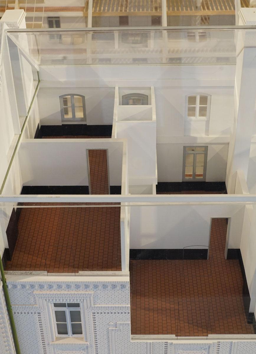 La photographie représente l'écorché de la maquette sur une cellule d'habitation