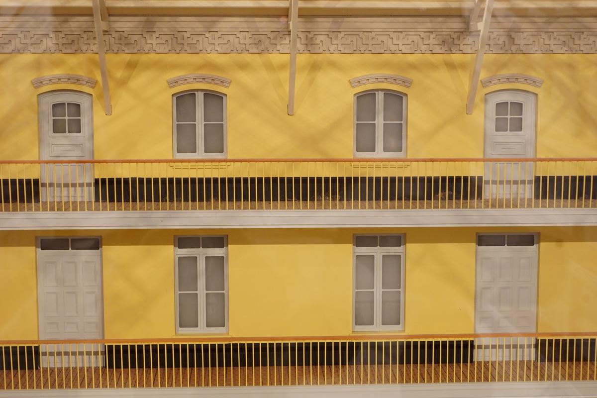 La photographie isole un détail de la façade ouest sur la cour intérieure de la