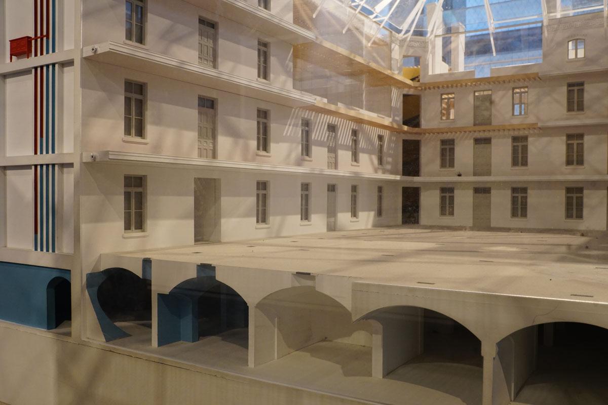 La photographie montre une coupe de la maquette sur les sous-sols.