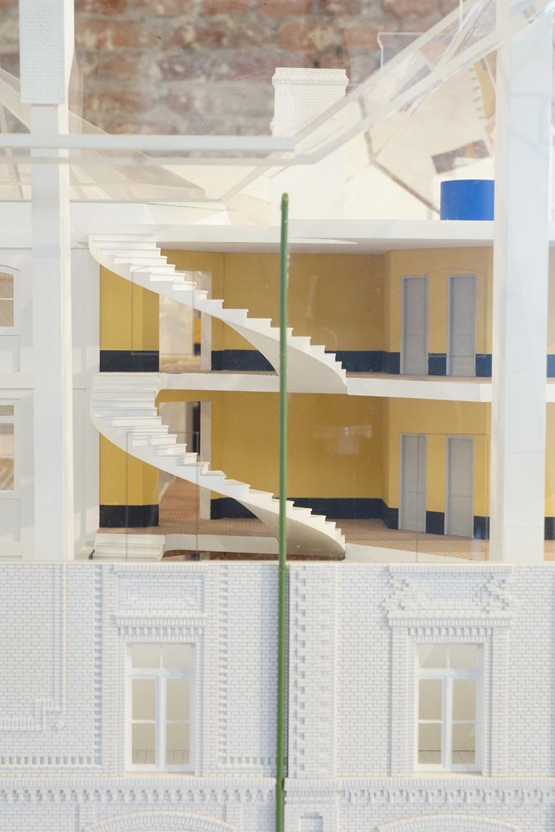La photographie montre une vue de la maquette sur l'escalier sud-est