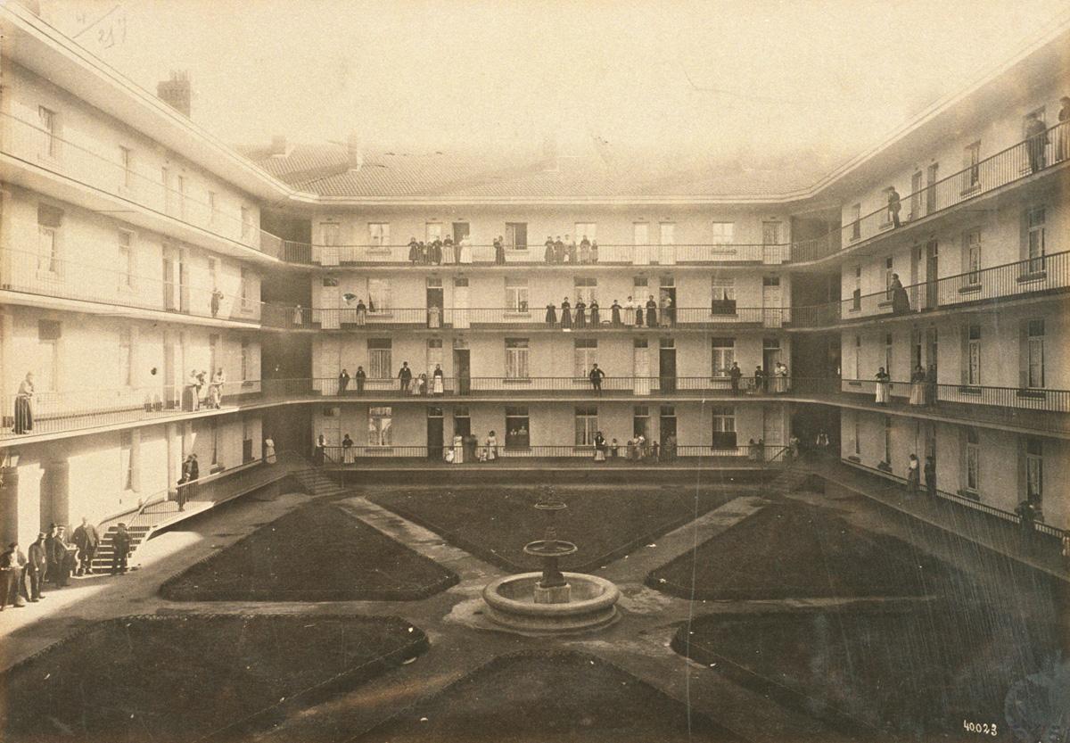 La photographie montre la cour du pavillon Cambrai.