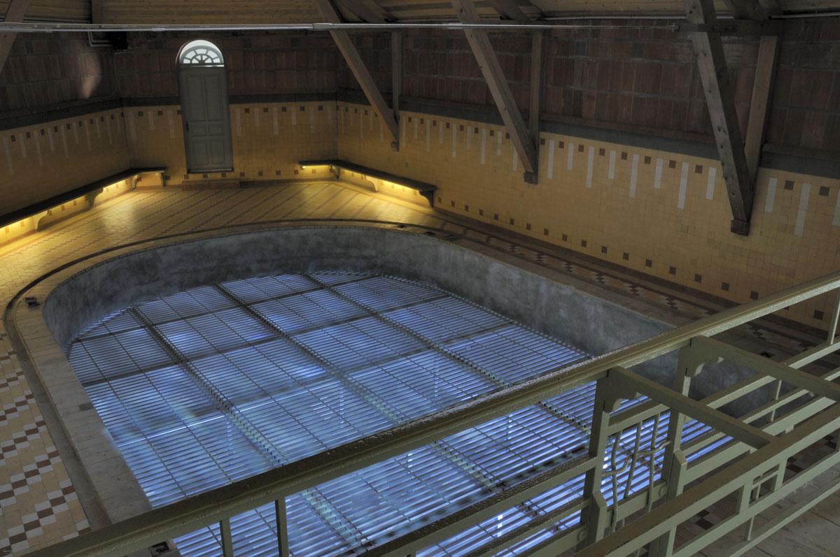 Le bassin de la piscine du Familistère est animé par une lumière de couleur bleu