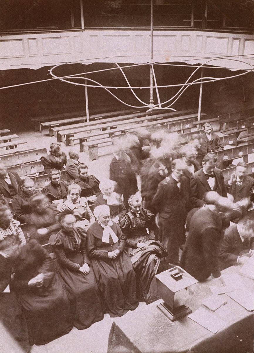 Une séance de vote est organisée dans le théâtre du Familistère.