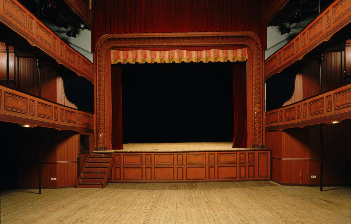 La salle du théâtre du Familistère peut être débarrassée de ses fauteuils.