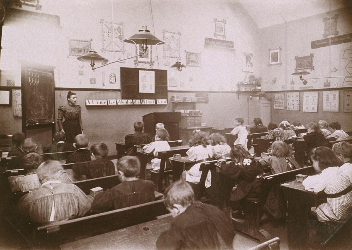 Une leçon de lecture est donnée dans une classe des écoles du Familistère.