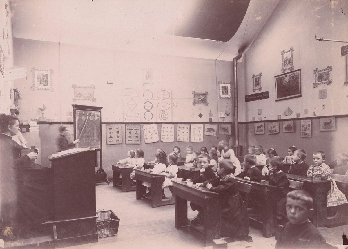 Une leçon d'arithmétique a lieu dans uen classe des écoles du Familistère.