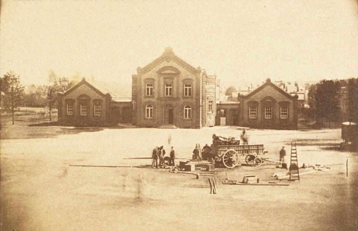 Seuls deux bâtiments scolaires jouxtent à l'origine le théâtre du Familistère.