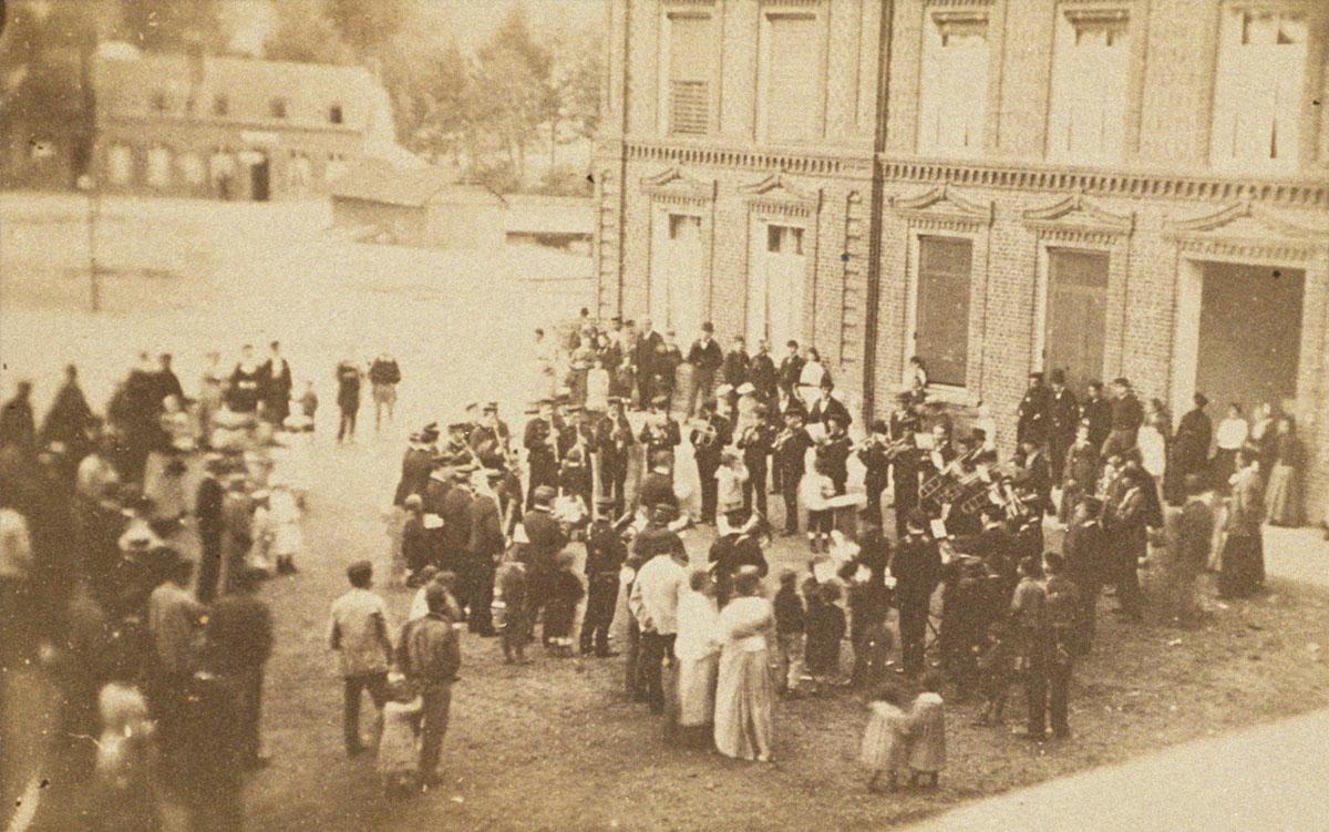 La société musicale du Familistère joue devant l'aile droite du Palais social.