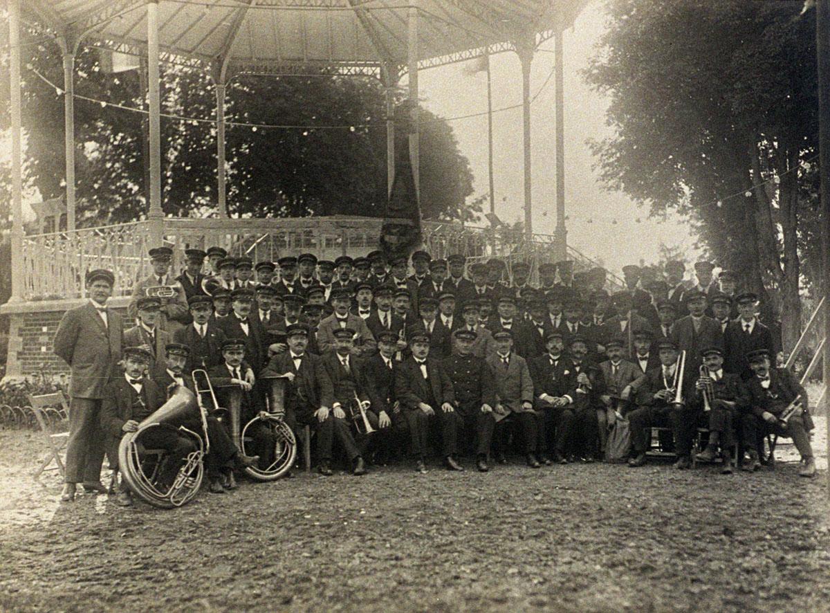 La fanfare du Familistère de Laeken pose devant le kiosque à musique.