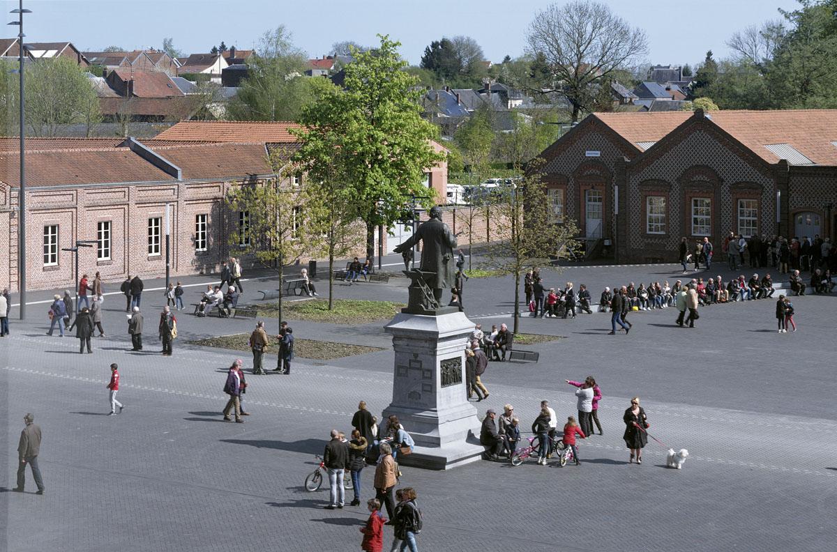 La place du Familistère est occupée par de nombreux badauds et visiteurs.
