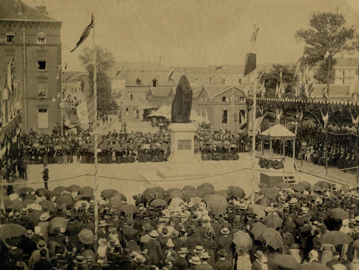 La statue de Godin est voilée, au milieu d'une foule immense.