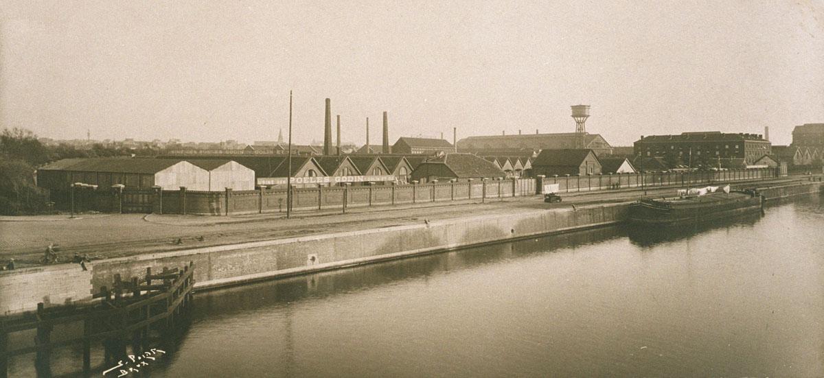 La photographie montre les ateliers industriels du Familistère d eLaeken au bord