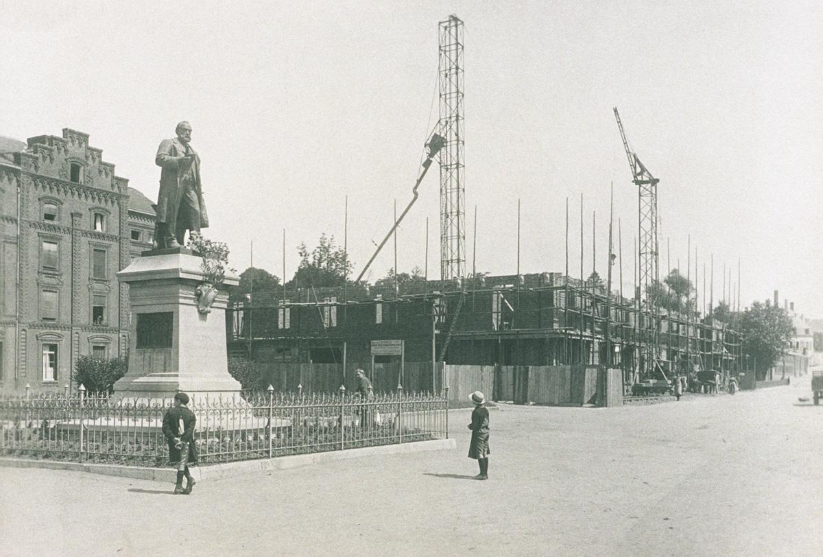 La photographie montre le chantier de reconstruction de l'aile gauche du Familis