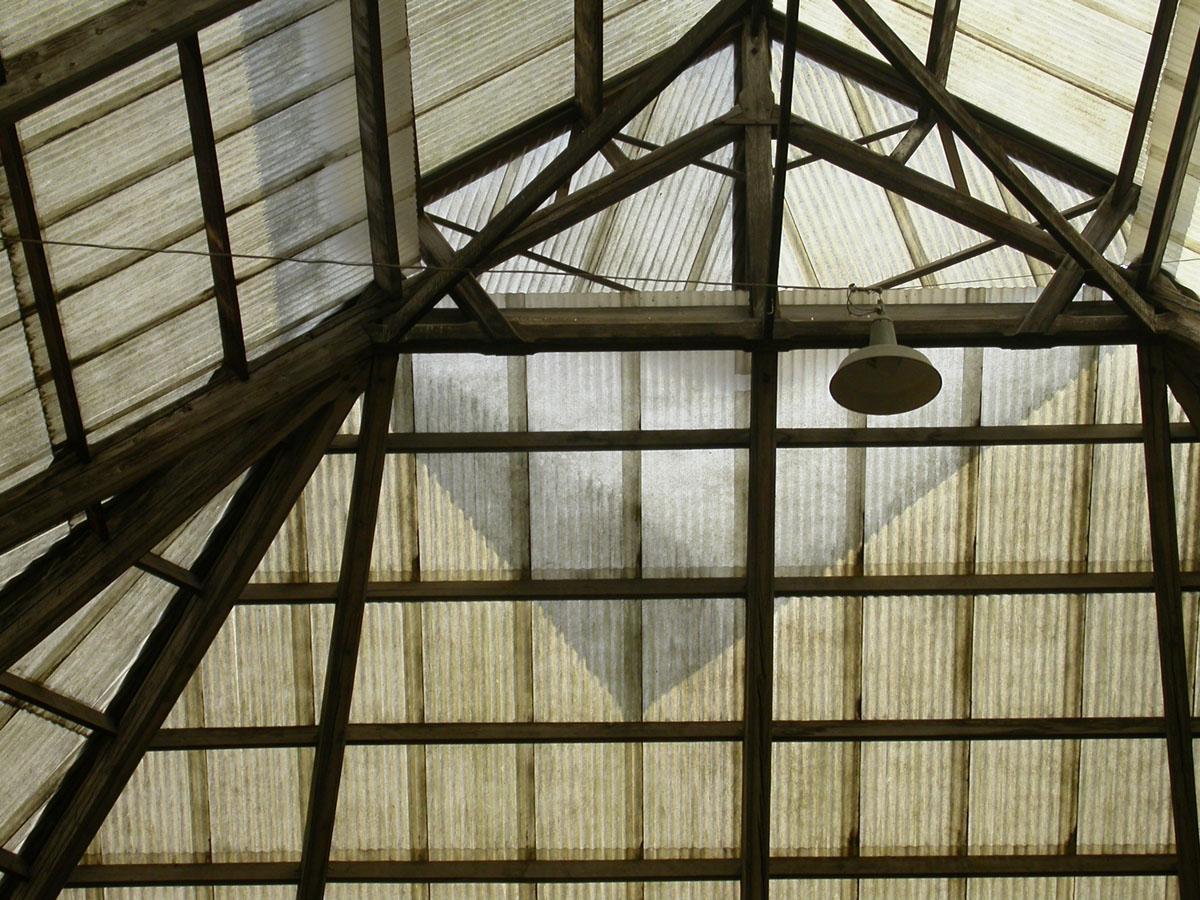 La photographie montre la couverture en tôles de plastique de la cour de l'aile
