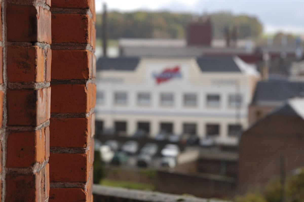 L'usine Godin SA est vue de la tour de l'aile gauche du Palais social.