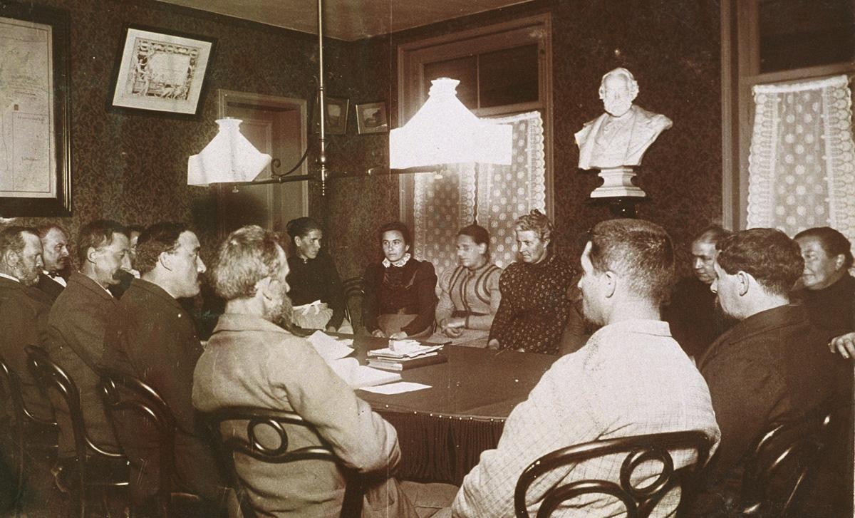 La photographie montre une réunion du comité des assurances mutuelles du Familis