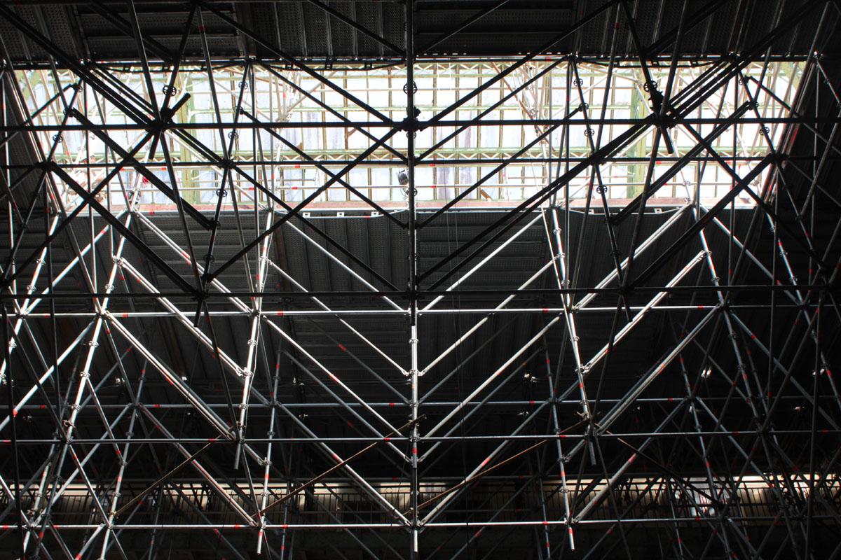 L'échafaudage de la cour de l'aile gauche est installé pour la restauration de l